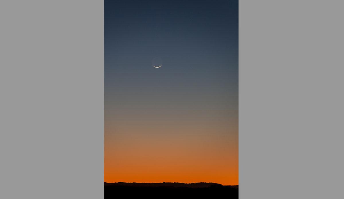 "Crescent Moonset from Greenmount Beach. Photo: <a href=\""http://jessethompsonphotographer.com/\""> Jesse Thompson</a>"