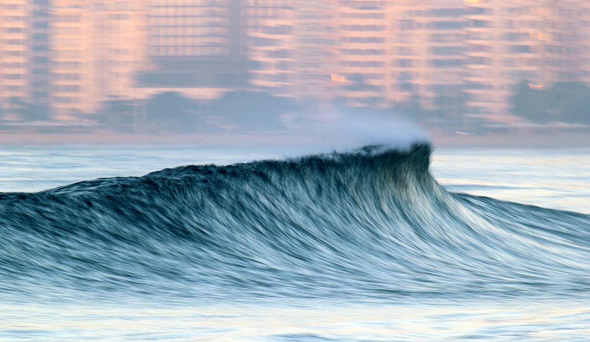 Beautiful morning wave with the city of Rio de Janeiro behind. Photo: Luiz Blanco