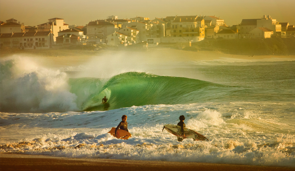 "Mi mas sincera admiración para los bodyboardes portugueses: auténticos espartanos que dominan el Pipe Portugues: Supertubos. I have sincere respect for bodyboarders. They are Spartans proficient in the Portuguese Pipe: Supertubes. Image: <a href=\""http://lucashoot.blogspot.com\"">Tozzi</a></em></strong>"