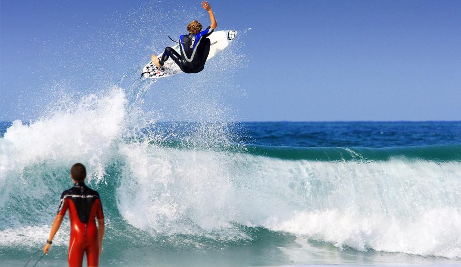 """Si te estas iniciando en el surf, entras al agua y ves a Kai Otton Airlines, tienes dos opciones: darte la vueta y comprarte una raqueta de tenis, o pensar: ese voy a ser yo en unos años... If you are a beginner, walk into the water and you see Kai Otton Airlines, you have two choices: turn around and buy a tennis racket, or think, that will be me in a few years. Image: <a href=\""""http://lucashoot.blogspot.com\"""">Tozzi</a></em></strong>"""