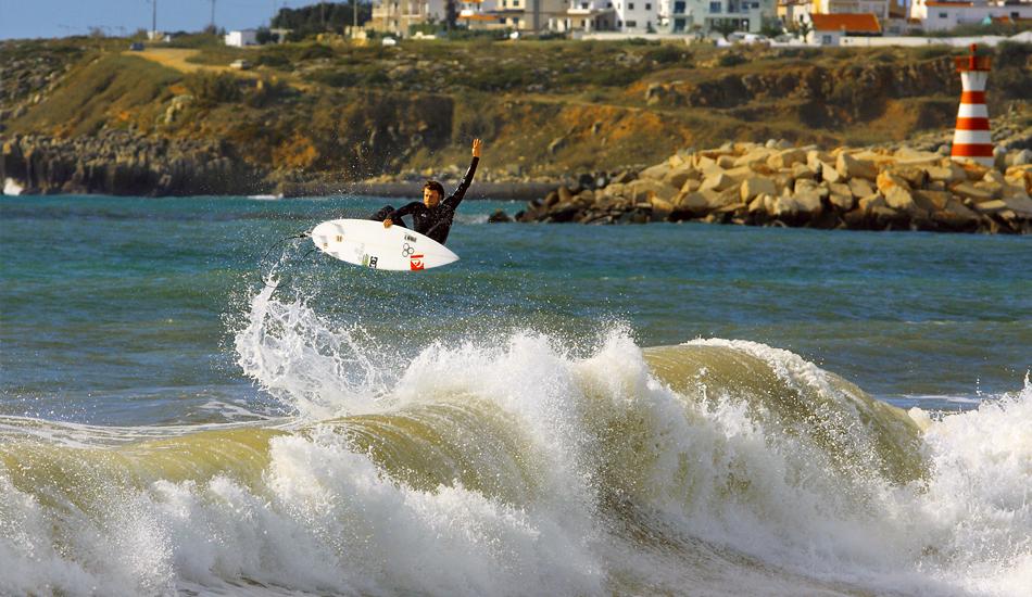 "Dane Reynolds, carisma y personalidad convertidos al surfing. Volando en Supertubos. Dane Reynolds, charisma and personality put into surfing. Flying in Supertubos. Image: <a href=\""http://lucashoot.blogspot.com\"">Tozzi</a></em></strong>"