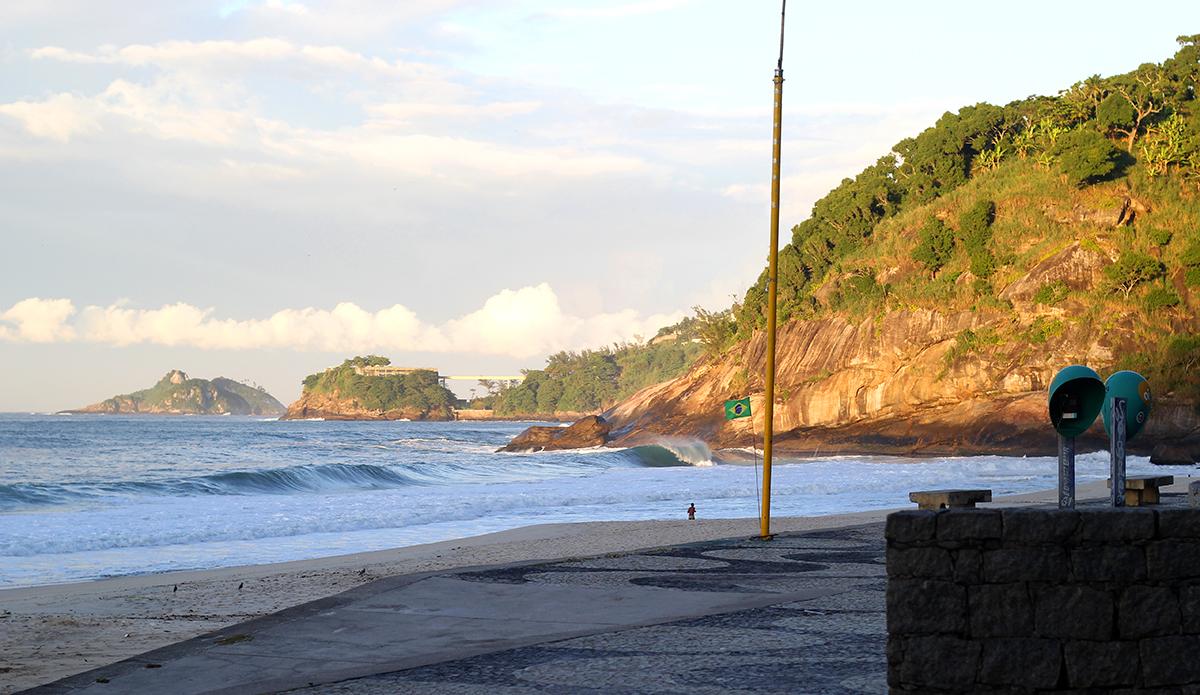 São Conrado beach has a great view of Rio de Janeiro's beautiful mountains. It has some days of good waves too. Photo: Luiz Blanco