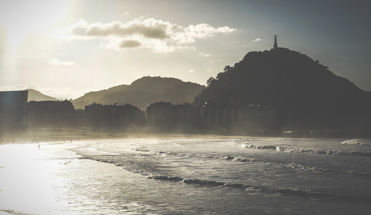 """Misty surf at Zurriola with a great view. Photo: <a href=\""""http://picsfromwhereyoudratherbe.blogspot.com/\"""">Ale Romo</a>"""