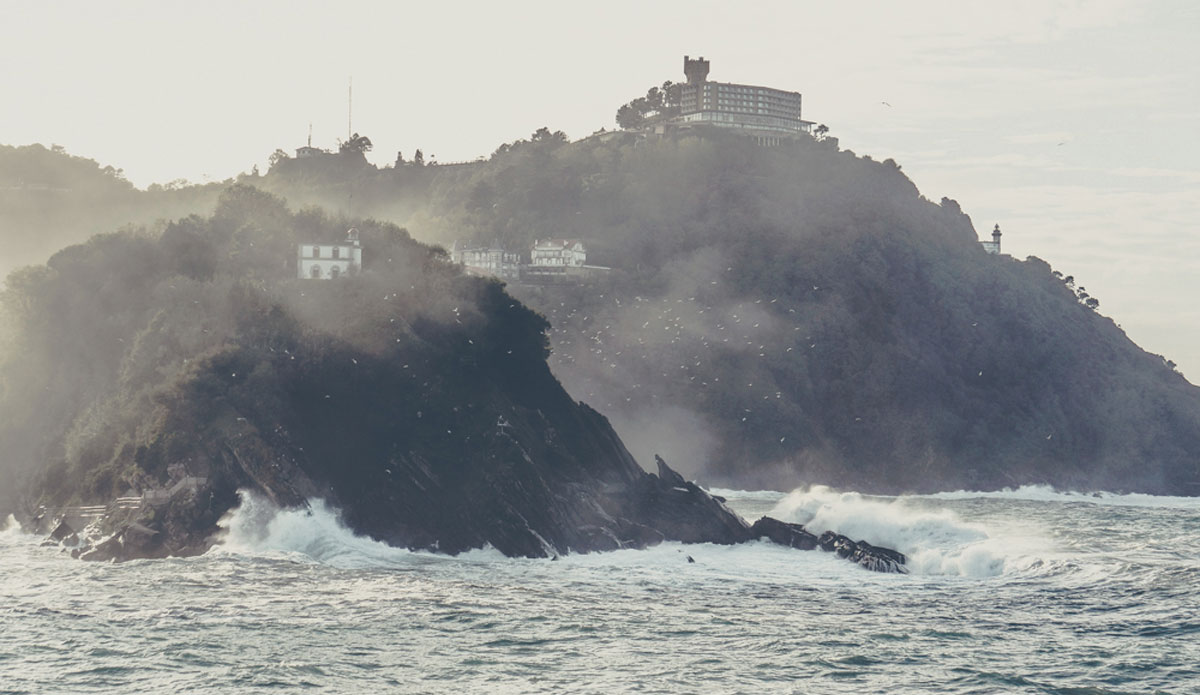 """Big waves bring a lot of mist. Great for pictures of  Santa Clara Island. Photo: <a href=\""""http://picsfromwhereyoudratherbe.blogspot.com/\"""">Ale Romo</a>"""