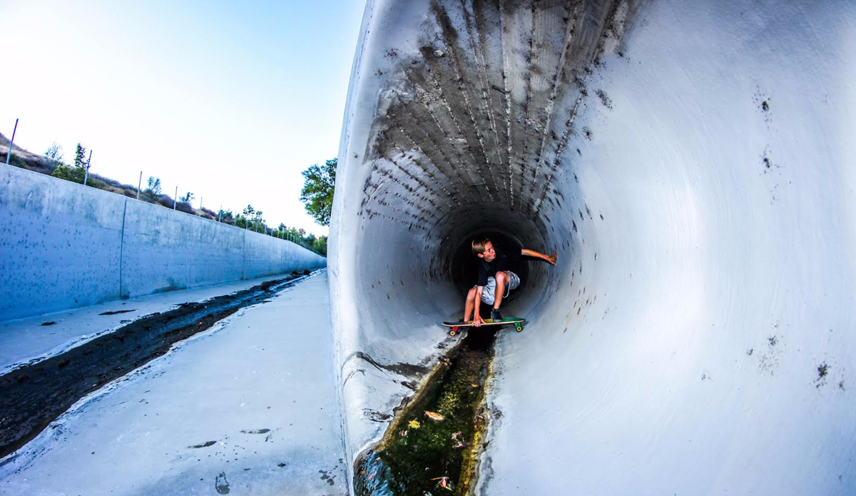 """Whenthesurfisflatwe\'restillouttherehavingfun.Here\'s@scottcole_gettingpittedinaicysewer!Photo: <a href=\""""https://instagram.com/cameroncphoto\"""">@cameroncphoto</a>"""