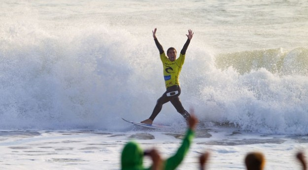Adriano De Souza repping the infamous claim in Portugal. Claim on! Photo: ASP/Kirstin
