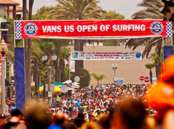 The crowd on the Pier and on Main Street at the 2013 US Open of Surfing before the riots.
