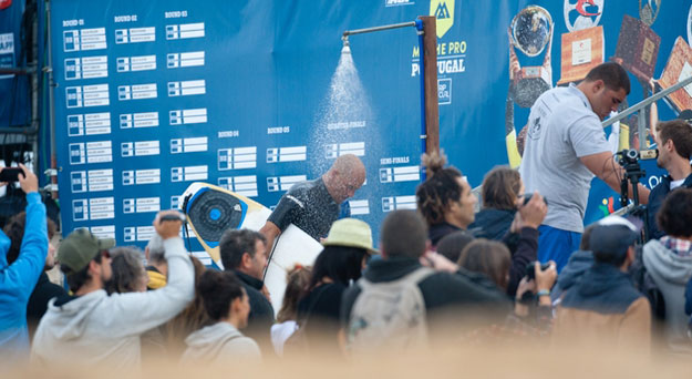 Slater trying to wash the disappointment off. Photo: ASP/Cestari