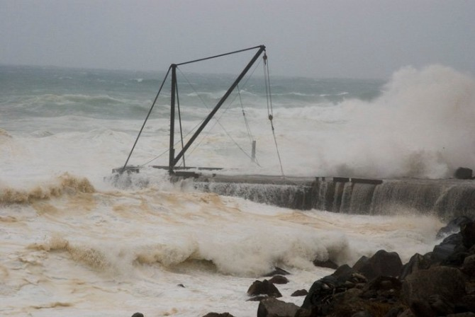"""Scary cyclone waves – bad day for fishing. Photo: <a href=""""http://fieldey.wordpress.com/2014/05/06/on-becoming-a-surf-artist-and-a-short-psa-about-bullying/"""">Fieldey</a>"""