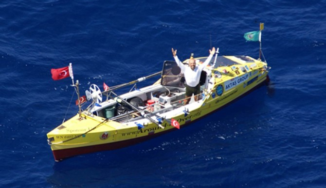 Eruç aboard his 23 foot ocean rowboat, Calderdale, in the Indian Ocean.