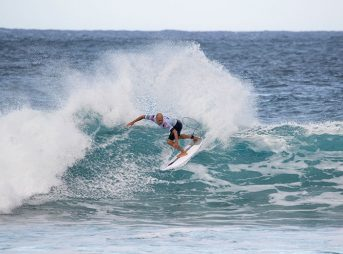 Kelly Slater surfing Billabong Pipeline Masters