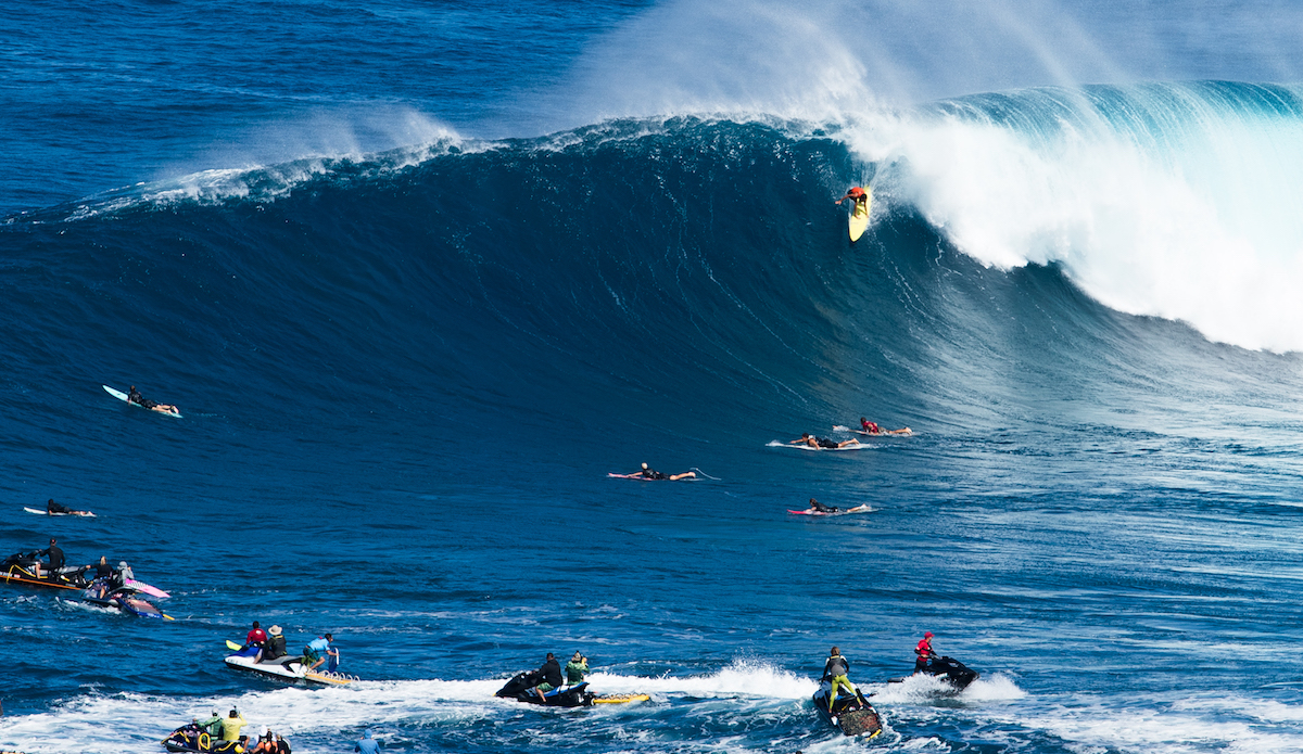 Scenes From the Cliff During a Monumental (and Carnage-Filled) Day at Pe'ahi