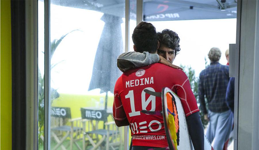 Charlie Rodrigues hugging Gabriel Medina